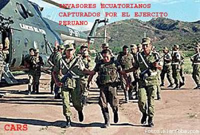 Soldado invasor ecuatoriano capturado, con otros 6 intrusos, por los Valientes Soldados Peruanos al haber sido sorprendidos sembrando alevosamente minas en territorio peruano, al fondo un Helicóptero peruano de transporte Mi-17