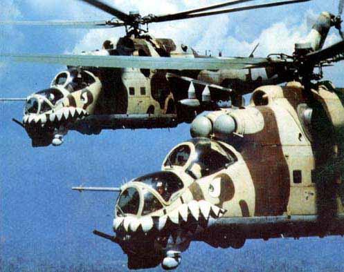 Pareja de helicópteros Hind peruanos sobre el Amazonas. Obsérvese la cabina en tándem, sus ametralladoras de proa, sus sistemas de designación de armas.