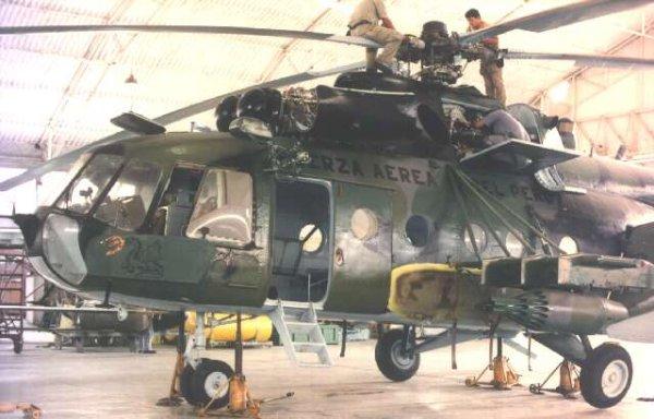 Labores de mantenimiento en un Mi-8TB Hip-F de la Fuerza Aérea Peruana