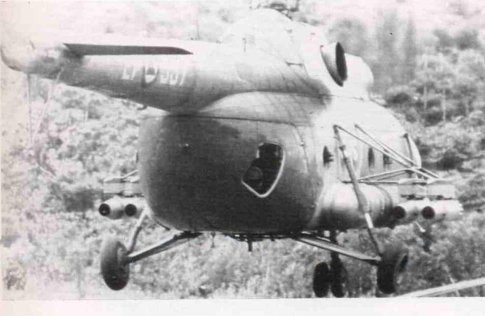 HELICOPTERO MI-8T ARTILLADO DE LA AVIACION DEL EJERCITO DEL PERU BOMBARDEANDO FALSO PAQUISHA EN 1981
