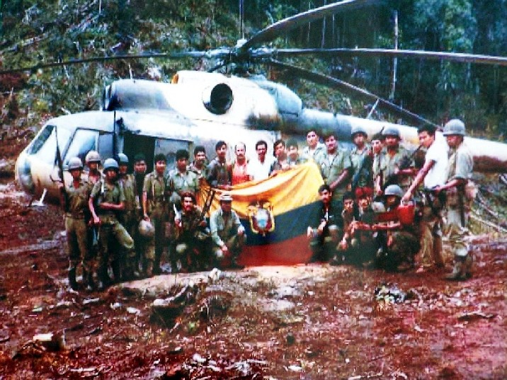 BANDERA ECUATORIANA CAPTURADA AL INVASOR ECUATORIANO EN EL ALTO COMAINA EN ENERO DE 1981