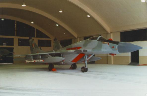 Mig-29S peruano a�n en su hangar, el d�a de su solemne presentaci�n oficial. Las tomas de aire y sensores se encuentran convenientemente protegidos