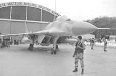 Mig 29 ante hangar en la base a�rea de Las Palmas