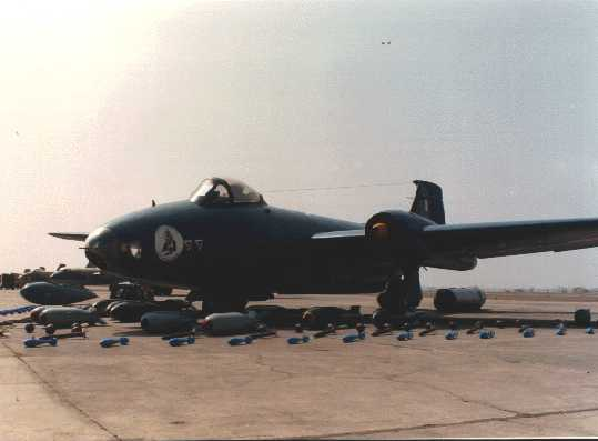 Avión Canberra peruano modelo B (I) Mk.12 con su completa y letal carga bélica completa, bombas de mas de 1,000 kilos y demás armas. ¡Los aviones Canberra fueron aviones mortiferos que amenazaban al osado invasor ecuatoriano desde el cielo cenepano!
